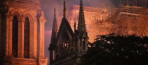 Megmenekült a Notre-Dame a teljes pusztulástól – de most jön a neheze