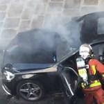 Kétmilliós nézettségnél jár egy videó, amin egy autót oltanak a tűzoltók, elsőre elég barbár módon