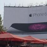 Vicces: ez az óriásplakát jól kitolt az Apple-lel