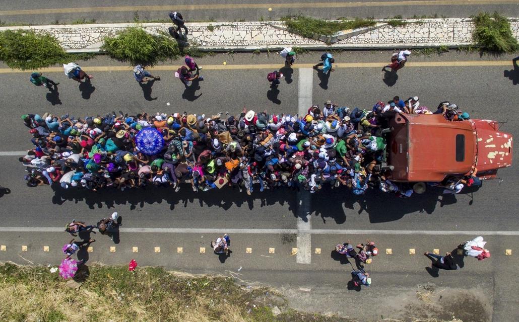 afp.18.11.22. bevándorlók készülnek Amerikába egy teherautón október 22-én