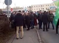Az Izraelből hazatérő Orbánt még meglepetés várja, az ellenzék a Suzukinál akciózott