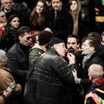 Négy embert lekapcsoltak a rendőrök a Kossuth téren
