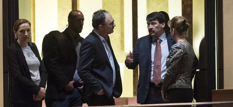 Áder János tegnap este megtekintette A diktátor utolsó beszédét John Malkovichcsal