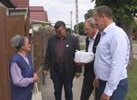 Maszk nélkül adott át csomagot időseknek a fideszes politikus