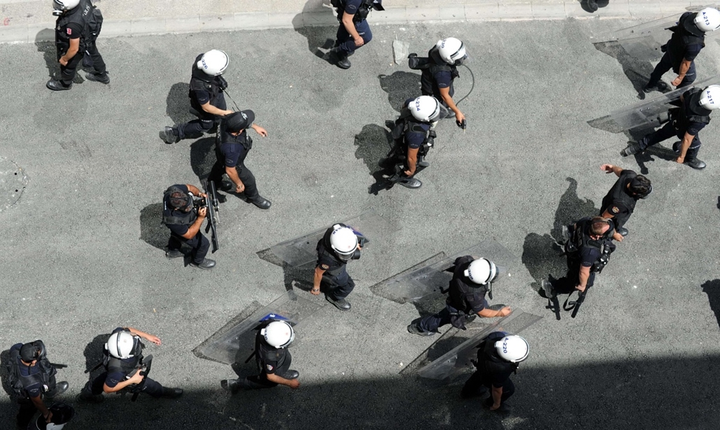 Törökországi tüntetések, 2013, június - Turkish riot police walk in Taksim square as they confront demonstrators protesting against the demolition of Taksim Gezi Park on May 31, 2013 in Taksim Square in Istanbul. Police reportedly used tear gas to dispers