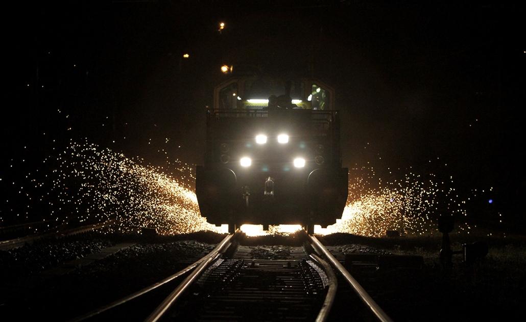 2012.04.12. - sínköszörű a Budapest–Hegyeshalom vasútvonalon - évképei