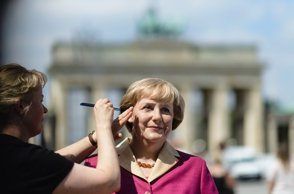 afp.14.07.15. - Berlin, Németország: Angela Merkel német kancellár viaszfigurája egy születésnapi tortával a berlini Brandenburgi Kapu előtt, viaszszobor