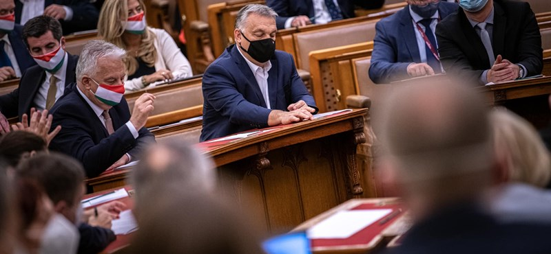 Orbánék átnyomták a rendkívüli jogrendet, majd azonnal előálltak egy alkotmánymódosítással