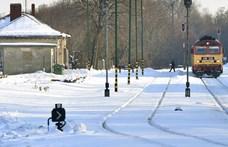 Több autó árokba borult és a vonatok is késnek a havazás miatt