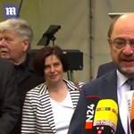 Videó: Vidáman integetett az SPD-s politikus a háttérben, míg Schulz a barcelonai terrorról beszélt