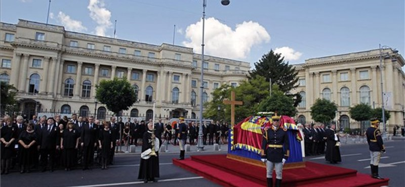 Könnyek között búcsúztatták el Anna királynét Bukarestben - fotók