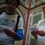 Fotók: egyenpólóban tüntettek a Műcsarnokban