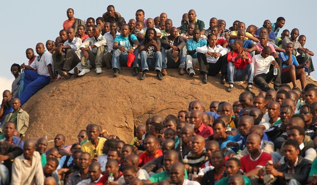 Hét képei nagyítás - Bányászok várakoznak a Lonmin platinum bánya előtt Rustenburg városában, Dél-Afrikában. Az emúlt héten rendőrök lőttek le 34 sztrájkoló bányászt, 78 további munkást pedig megsebesítettek.