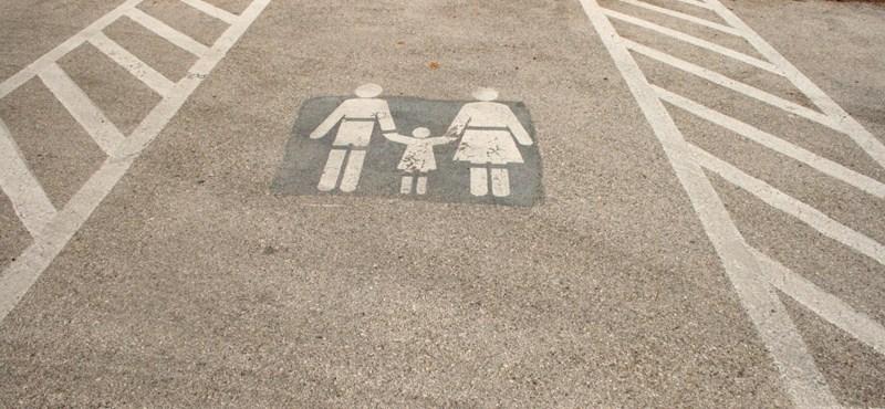 Változik a parkolási rend a városokban