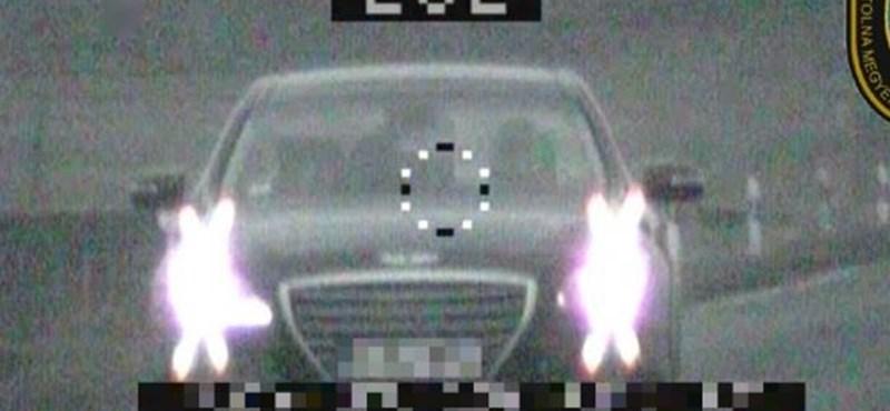 Nem gyakori autó nálunk a Genesis, főleg nem 202 km/h-val a 6-os úton