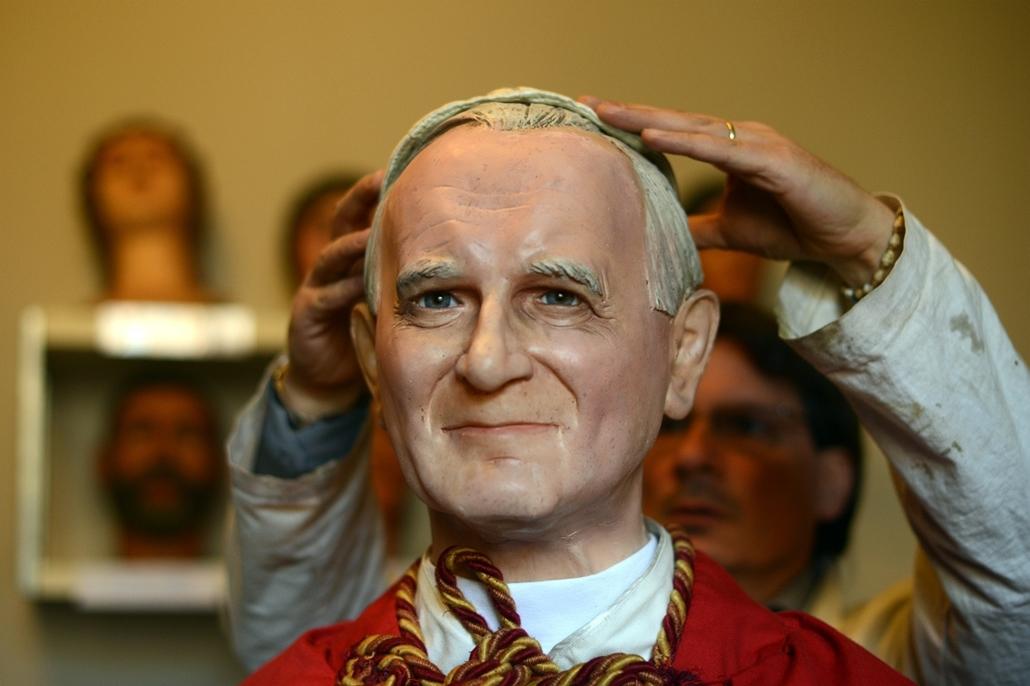 afp.2014.04.07. - Róma, Olszország: Fernando Canini, a római panoptikum igazgatójának alkotása - ,II. János Pál pápa