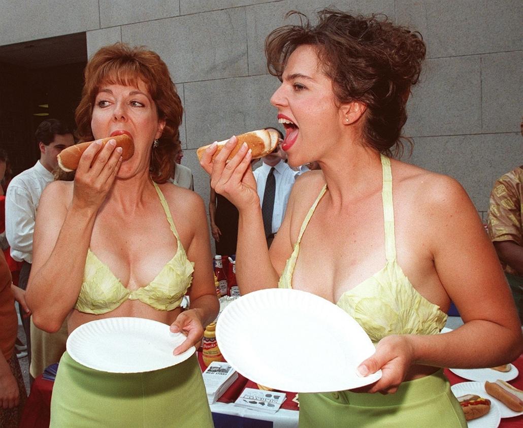 afp.97.07.16. - Washington, USA: Rosanne Scott és Melynda Duvall salátából készült melltartóban hot dogozott a PETA egyik tüntetésén - melltartó nagyítás
