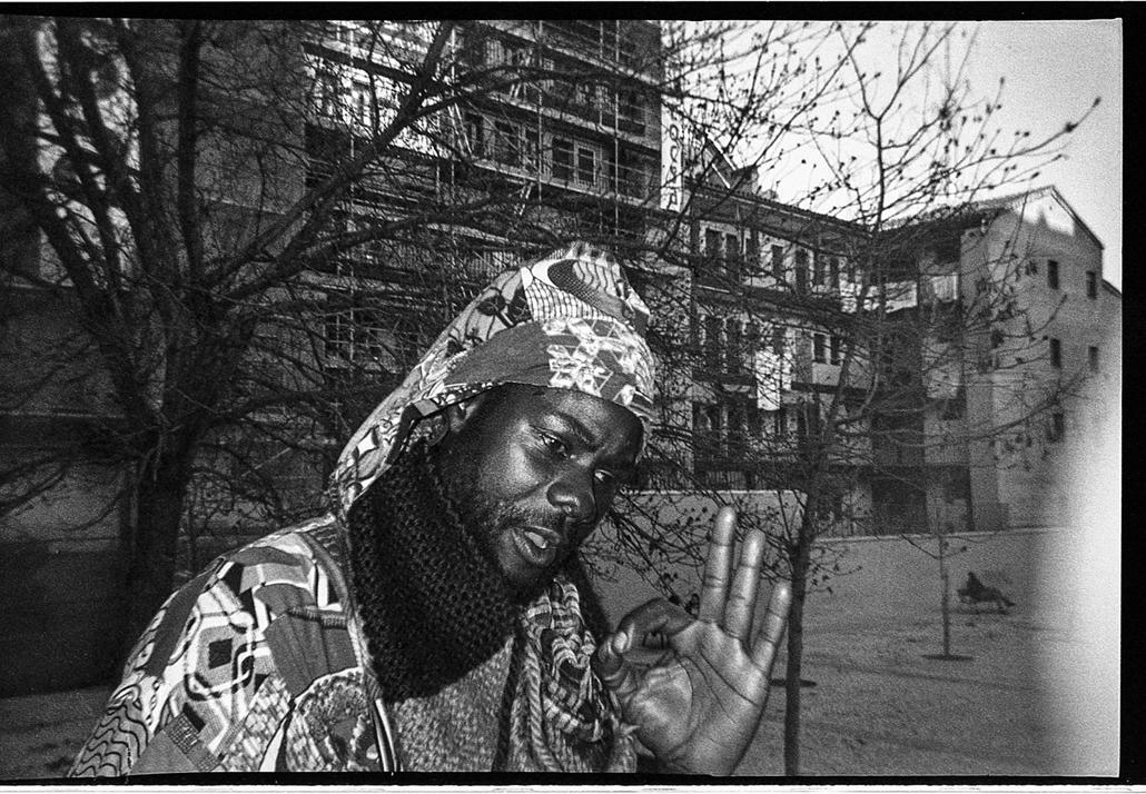 e_! - hvg év képei 2017 nagyítás - ji.17. - Madrid: Fekete férfi a bevándorlók által lakott Lavapies negyedben Madridban, 2017.