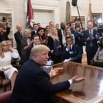 Kanye West mostantól koncertjein is viselni fogja Trump kampánysapkáját