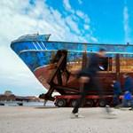 Egy migránsokkal elsüllyedt halálhajót is kiállítanak Velencében