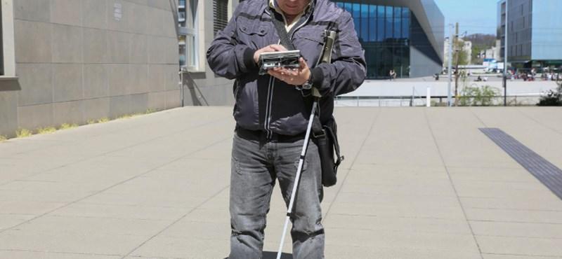 Itt a tablet, amellyel a látássérültek is láthatnak