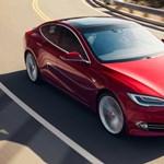 Még jobb gyorsulás: a Tesla szép csendben felturbózta elektromos autóit