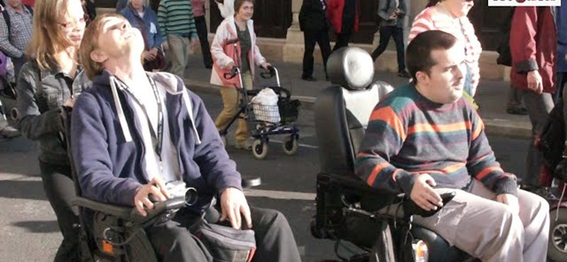 Videó: Ezrek akarnak adót fizetni