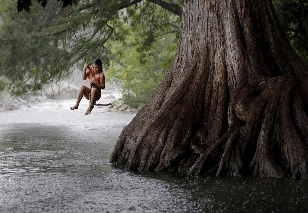 AP_! - júli.30-ig_! - 14.07.16. - Gruene, Texas, USA: kötélhinta a Guadalupe folyónál. - 7képei