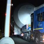 Videó: Soha még ilyen gigantikus rakományt nem szállítottak magyar közúton