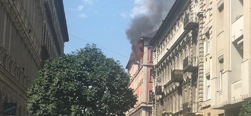 Durva tűz Erzsébetvárosban: megsemmisült egy ötszintes ház teteje – fotó, videó