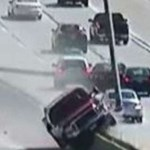 Villanyoszlopokat döntött ki az autópályán, csoda, hogy mindenki megúszta – videó