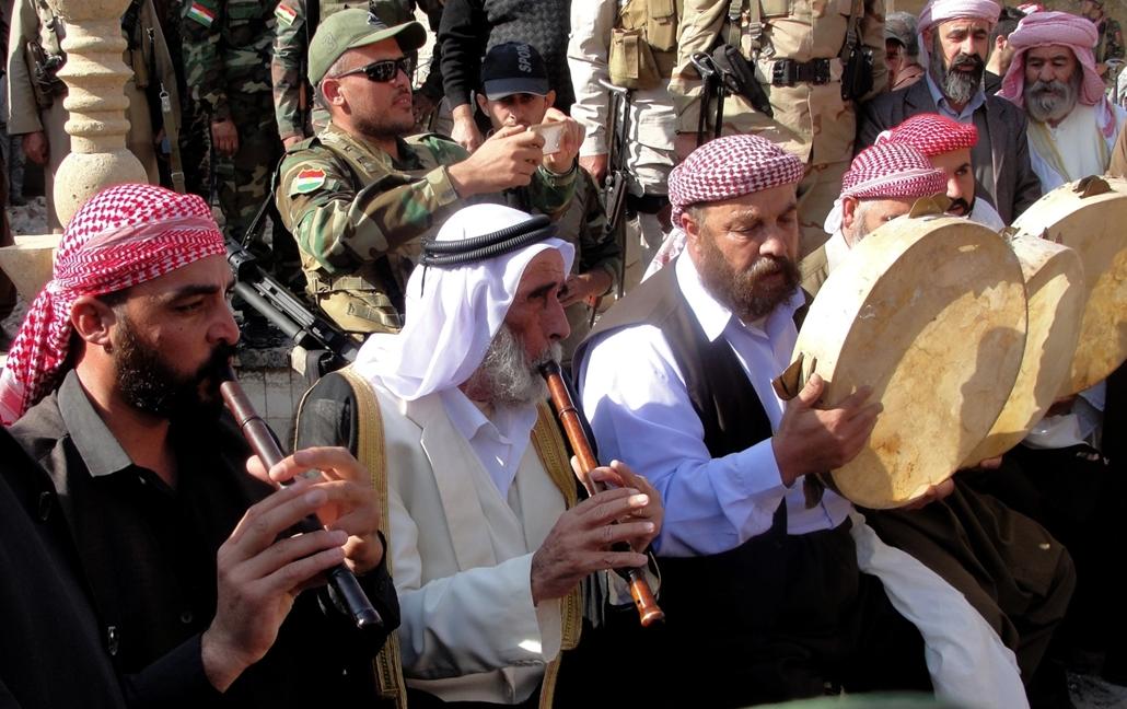 afp.16.11.12.  Bashiqa város visszafoglalása után vallásos rituálét mutatnak be a lakosok.