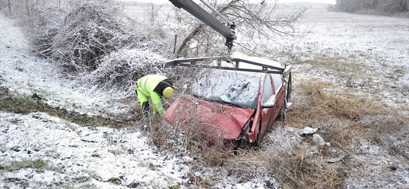 Összetört egy autó Taksonynál, egy 70 éves férfi meghalt
