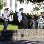 Elvitték a rendőrök a pesti parkban letelepedő afgánokat