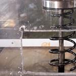 Amire mindenki kíváncsi: ez történik, ha hidraulikus prés alá tesznek egy lengéscsillapítót – videó
