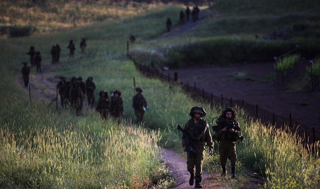 Izraeli légitámadás Szíriában, 2013. május 6. Izraeli katonák egy hadgyakorlat közben a Golán-fennsíkon, a Szíriával közös határszakaszon 2013. május 6-án, miután az előző napon Izrael Damaszkuszban légicsapást mért a Hezbollah libanoni síita szervezetnek