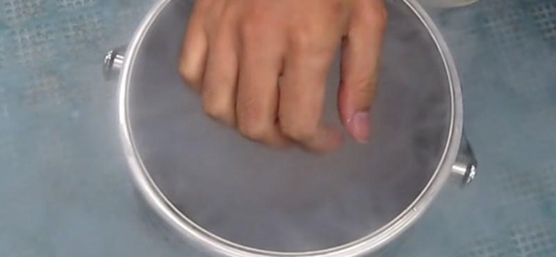 Ez történik, ha valaki folyékony nitrogénbe dugja a kezét (videó)