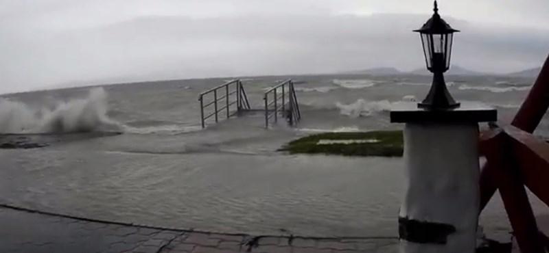Videók: Elmosta a déli partot a Balaton a hétvégén