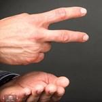 Eltiltottak egy játékvezetőt, mert érme helyett kő-papír-ollóval döntötte el, melyik fél kezdjen