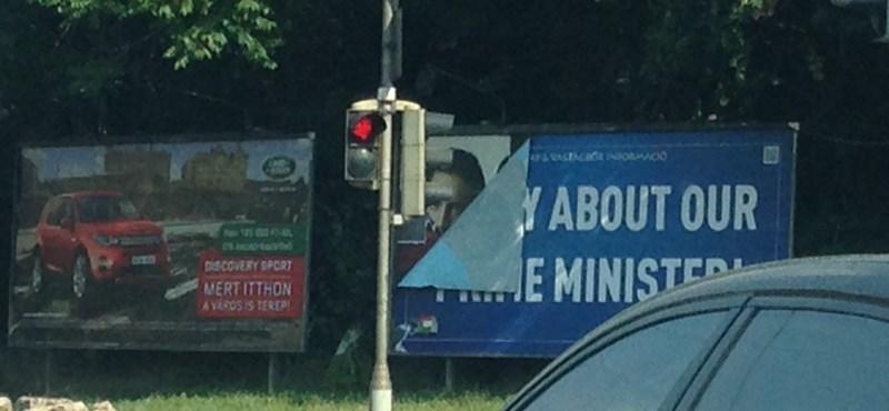 Fotó: Máris letépték a Kutya Párt egyik plakátját?