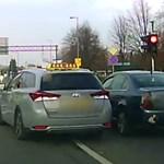 A nap videója: piros lámpánál, zebránál előzött a győri autós