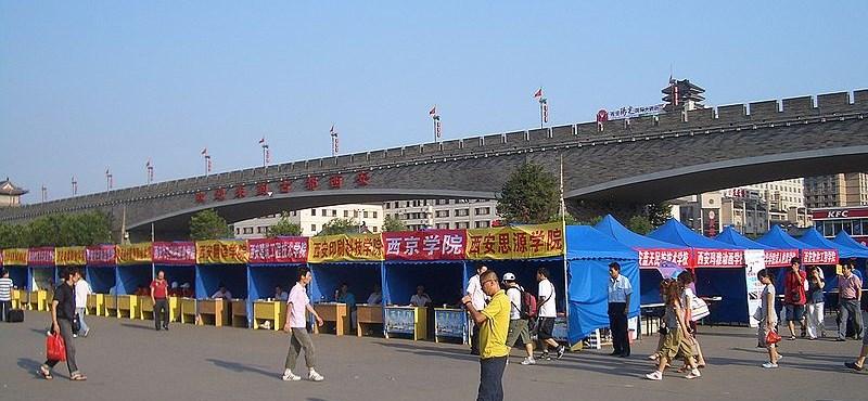 Tömegesen hagyják el otthonukat a pályakezdő diplomások - riasztó kínai adatok