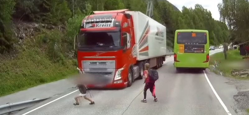 Emlékszik még a gyerekekre, akik kiléptek a kamion elé? Kiderült, minek köszönhetik az életüket
