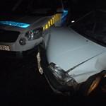 Rendőrautók közé csapódva kaptak el egy kocsitolvajt Budakalászon