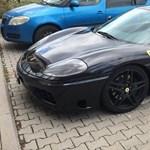 Újabb Ferrari Budapesten, amelyikkel csak mozgássérült helyen ér megállni