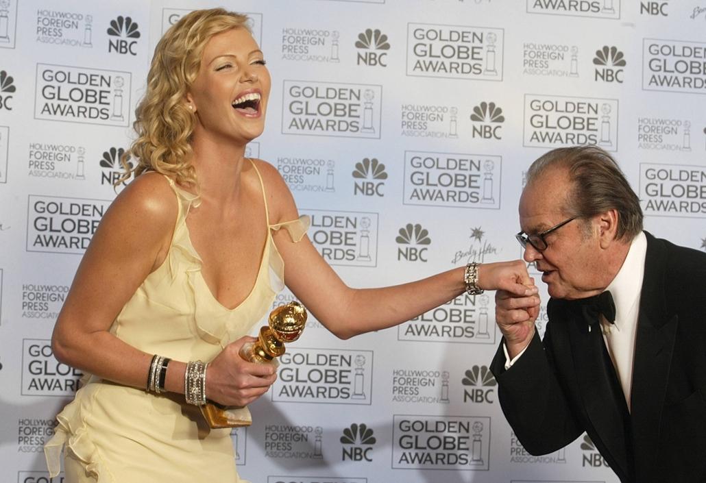 afp.04.01.25. - Beverly Hills, USA: Jack Nicholson a legjobb színésznőnek járó Golden Globe-díjazottal, Charlize Theronnal 2004 januárjában. - Jack Nicholson nagyítás