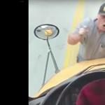 Közúti balhé: az iskolabusz elejére kapaszkodott fel a férfi – videó
