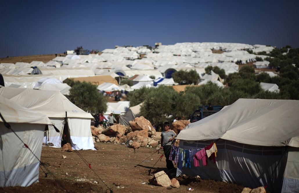 AP. Szíria: családjával elmenekült kisfiú egy Atma közelében lévő sátortáborban. Családjával - hét képei nagyítás