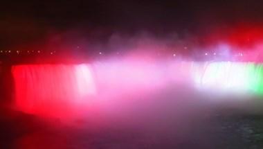 """Piros-fehér-zöldre """"festették"""" a Niagara-vízesést 1956 emlékére"""