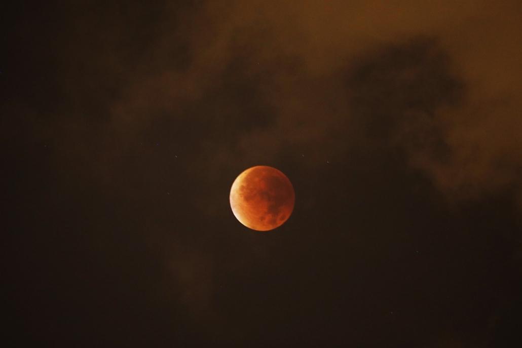 afp.15.09.28. - Nizza, Franciaország: holdfogyatkozás, szuperhold
